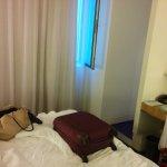 Trolley pequeño en la cama para verificar la pequeñez de la habitación