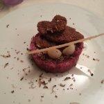 Battuta di vitello con tartufo nero, funghi porcini fritti e cialda di parmigiano