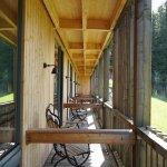 Durchgehende Veranda vor Zimmern