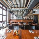 Restaurant moderne fait avec des matériaux, meubles et accessoires du Canada