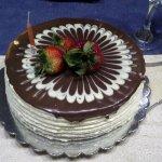 Torta Vienesa. Ponque de chocolate con fresas y durazno y cubierta de chocolate y chocolate blan