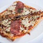 Pizza Siciliana aux charcuteries italiennes sur croûte mince