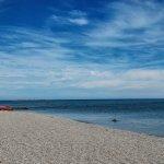 La plage. En arrière plan, le canot de sauvetage.