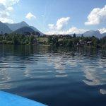 Blick vom See auf die Hotelanlage