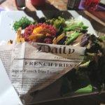 """Tartare de bœuf et les frites, dans une """"enveloppe"""" amusante."""