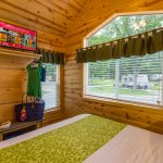 Kind Bed & TV In Deluxe Cabins
