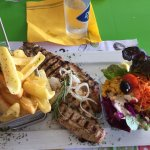 Filet de Loup des caraïbes accompagné des frites maisons et de la salade