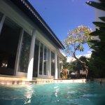private pool beratapkan langit biru