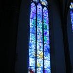 Nach dem 2. Weltkrieg wurde viel von der Kirche zerstört. 1978 gestaltete Chagall diese Fenster.