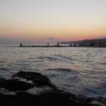 Strand mit Sonnenaufgang und ruhiger See