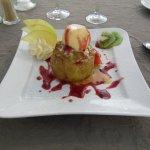 Pomme cuite avec boule de glace vanille