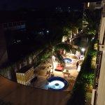 Foto malam hari dari balkon kamar, menghadap ke tempat santai dan kolam renang