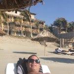 sombrilla y camillas en la playa