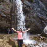 Encantada com a cachoeira que alimenta o lago