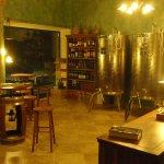 Ottima selezione di vini sfusi o in bottiglia. Un ambiente caldo ed accogliente con ottima music