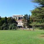 Vue sur la piscine, le restaurant et le château de Grignan.