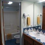 Petite salle d'eau, avec les lavabos à coté, attenant à la chambre.
