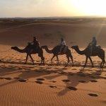 camino de la dunas al amanecer