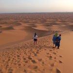 subiendo y bajando dunas para ver el final del desierto que no tiene