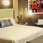 Sumérjase en el estilo contemporáneo de estas habitaciones Deluxe y disfrute de frutas frescas t