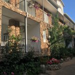 Perfect location! The apartment was extremely clean and spacious, walking distance to restaurant