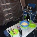 Opholdsrum, campingbord og gasblus