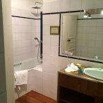 Pièce minuscule : un seul lavabo et une baignoire coincée dans le coin ! Inconcevable dans un 5*