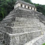 Impresionante pirámide o basamento piramidal.