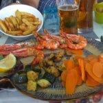 assiette de gambas et seiches, accompagnée de carottes nouvelles et courgettesce