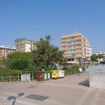 Blick von der Strandpromenade zum Hotel (Mitte) mit den Nachbarhotels