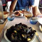 plateau de fruits de mer: huîtres, bulots,écrevisses et plateau de moules