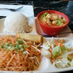 Lunch combo 3: pad thai+red curry chicken.