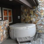 Hot tub for Chestnut lodge rooms.