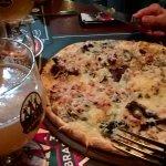 flammekueche au fromage avec une bière blanche