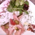 entrée du menu du terroir : jambon persillé, fin et bien accompagné avec sa salade et ses condim