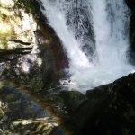 高千穂の真名井の滝は期待はずれだったので、 地図でたまたま見つけた竜ヶ岩の滝へ。 駐車場から川沿いの道(正しくは登りの階段)を300メートル歩きましたが、結構な登りでいい運動になりました( ̄▽