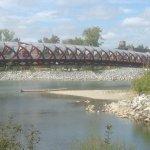 de rode calatrava brug over de rivier Bow