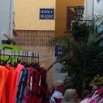 stradina di ingresso si vede in fondo la targa Hostal Beatriz