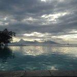 Piscina infinta con vistas a la isla de Moorea
