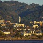 Fotografía tomada desde Berkeley Marina, en la que se ve parte de la ciudad de Berkeley.