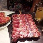 las tablas con su ración de pan con tomate y aceite de oliva virgen extra