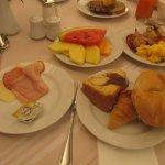 朝食はビッフェ形式です.