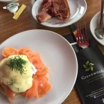 Excellent for brunch and conveniently located a short walking distance from Dam square. Eggs Roy