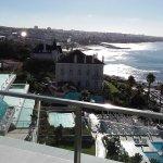 Blick über das Hotelgelände bei Tag entlang der Atlantikküste in Richtung Lissabon