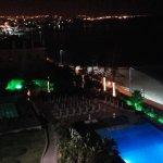 Blick über das Hotelgelände bei Nacht. Im Hintergrund ist Lissabon