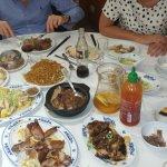 Une table conviviale où tous les convives se partagent les plats