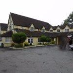 Das Hotel ist gut gelegen und bietet genügend Parkplätze direkt davor