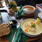 Seafood chowder, soupe et sandwich pitta végétarien