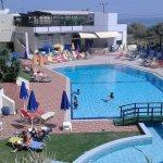 Hotellin sisäpiha- ja uima-allasalue päiväaikaan