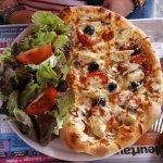 PIzza végarienne, en demi avec salade